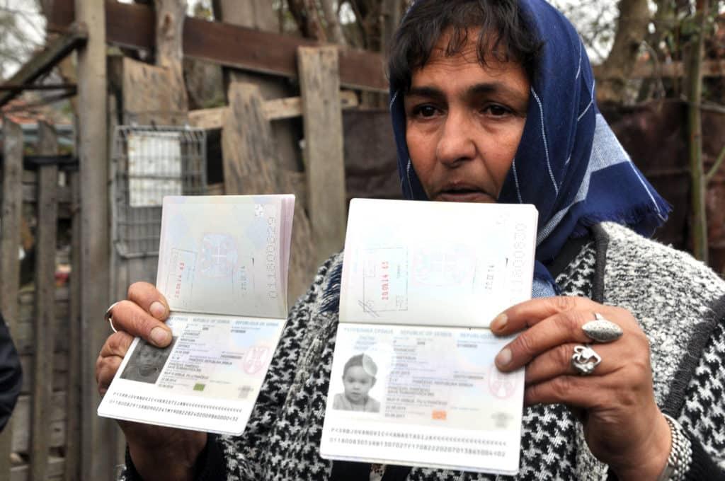Baka dečaka i devojčice s njihovim pasošima Foto: Bogdan Petrov