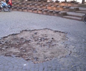 Gađali betonskim kockama šetače u parku