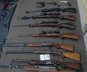Držao u kući jedanaest pušaka i četiri pištolja