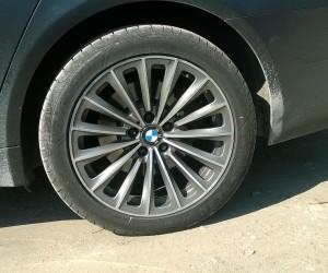 Potera za BMW-om: vozač udario u zid, policajac povređen